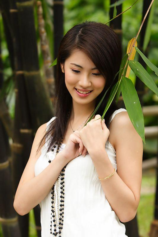 竹林里的甜美养眼美女