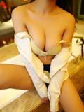 rosi巨胸美女白色衬衣现双沟