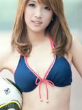 美女足球宝贝 身着比基尼很迷人