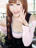 粉红女孩笑容很甜很美很迷人